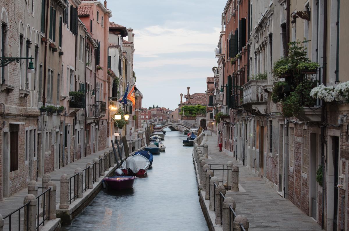 Benátky: jeden z mnoha kanálů