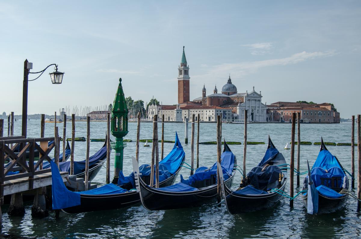 Gondoly a pohled na San Giorgio Maggiore