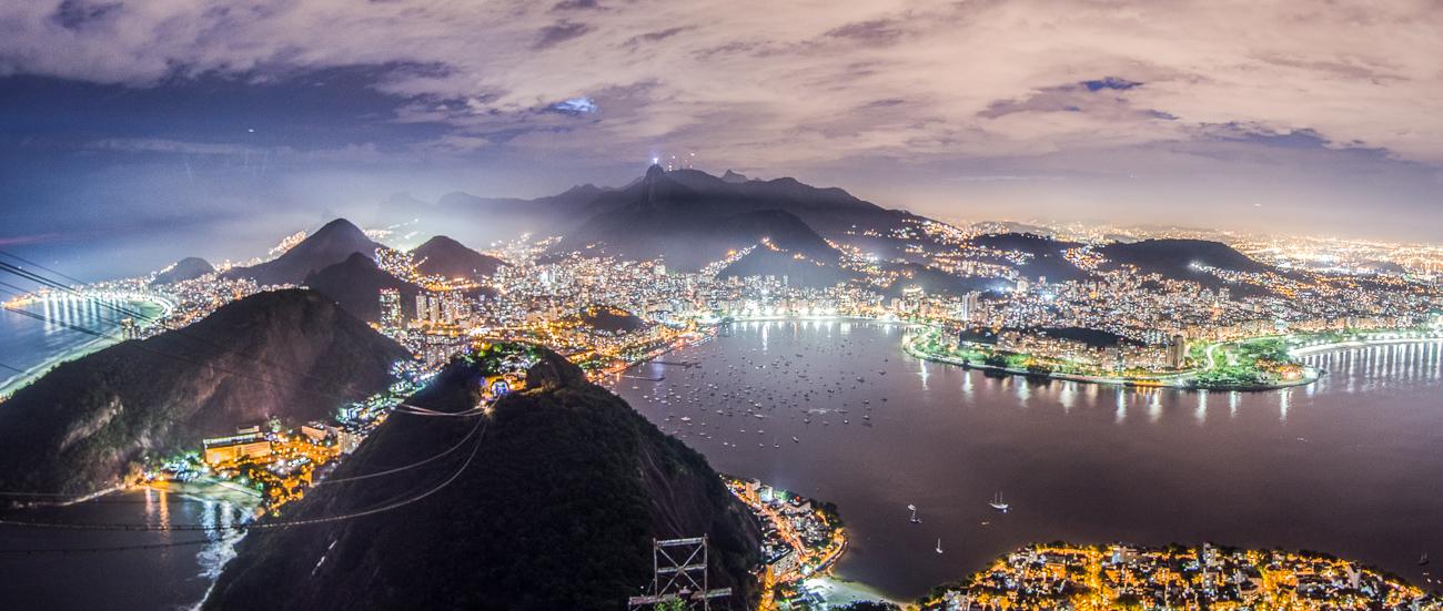 Letní panorama: brazilské Rio de Janeiro z Pao de Azucar