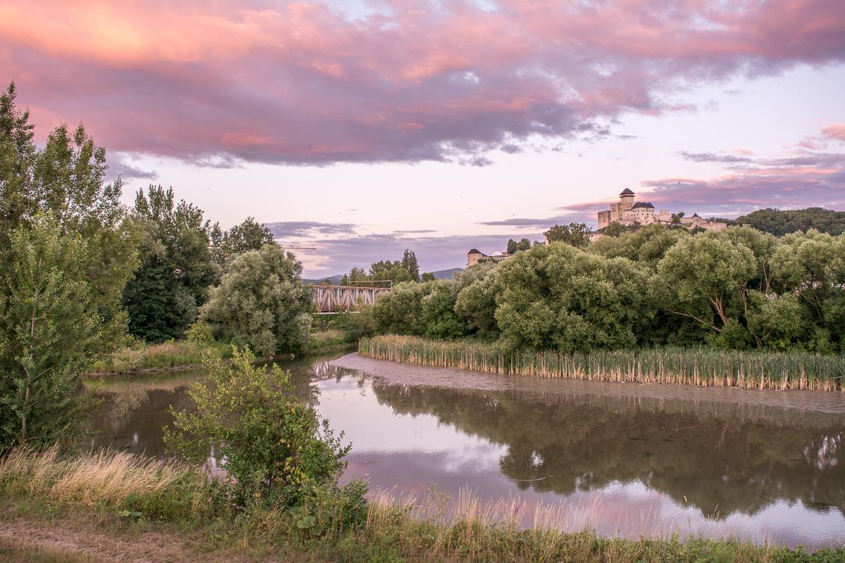 Trenčínský hrad a červánky nad řekou Váh
