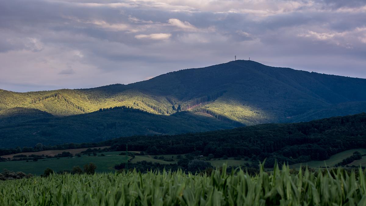 Příjezd k Trenčínu kolem Váhu lemují skoro 1000m vysoké kopce Povážského Inovce