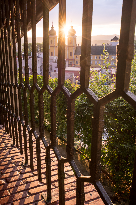 Pohled směrem k náměstí přes mřížování historických schodů