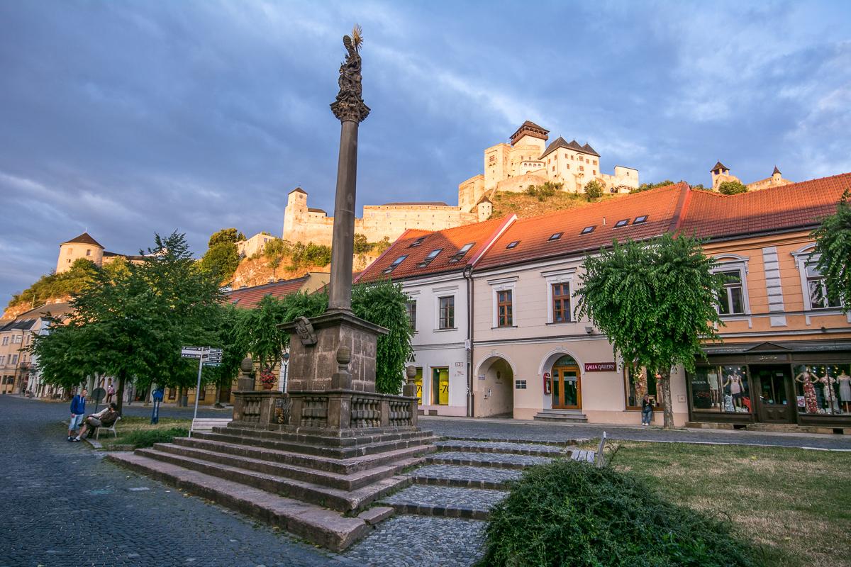 Trenčínské náměstí s hradem