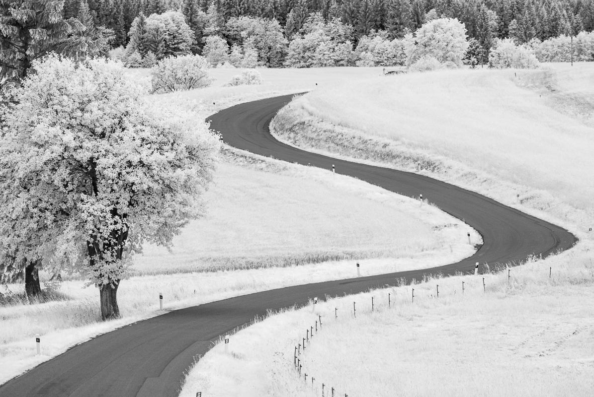 S-křivka silnice je silný vizuální motiv někde poblíž Kadova