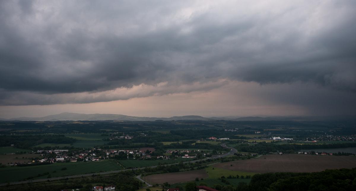Bouřka nad Ještědem, pohled od Příhrazských skal nedaleko Drábských světniček.