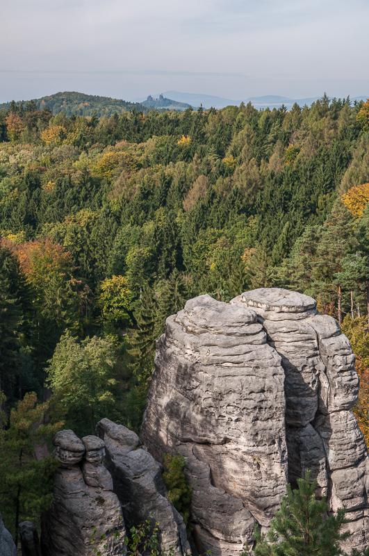 Ještěd od Prachovských skal - když je dopbrý viditelnost, je s vyhlídky Český ráj Ještěd skoro v zákrytu s Troskami.