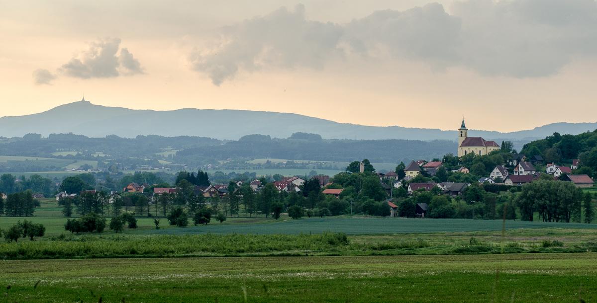 Ještěd od Olešnice s Všeňským kostelm vpravo.