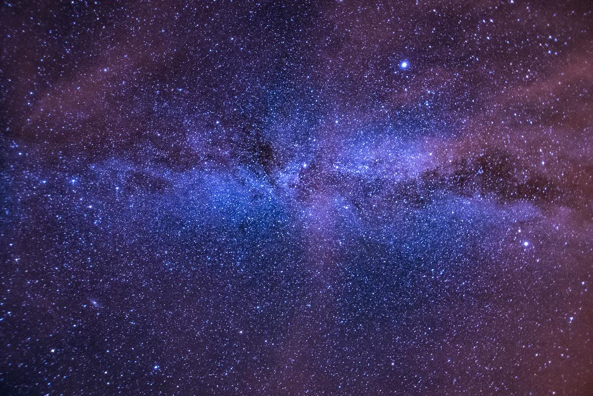 Pohled kolmo vzhůru - mléčná dráha a jemný závoj vysoké oblačnosti