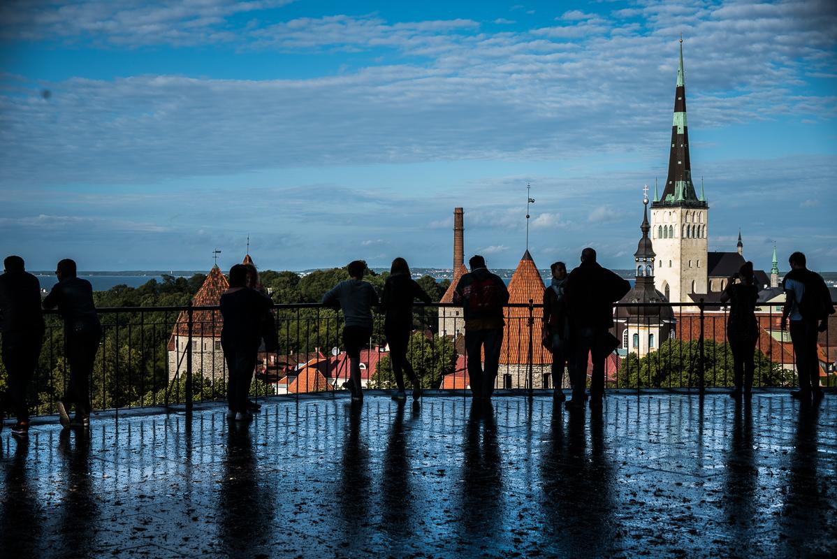 Vyhlídková plošina Patkuli - z mého hlediska nabízí nejhezčí výhled na Tallinn. Mě však po dešti zaujalo, jak se na lesklé dlažbě zrcadlily postavy turistů. Tady začala vznikat moje série fotek reflexí.