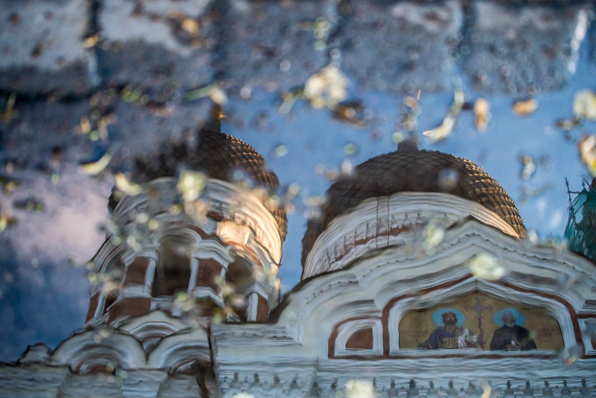 Ulice v Tallinu po dešti - reflexe katedrály Alexandra Něvského