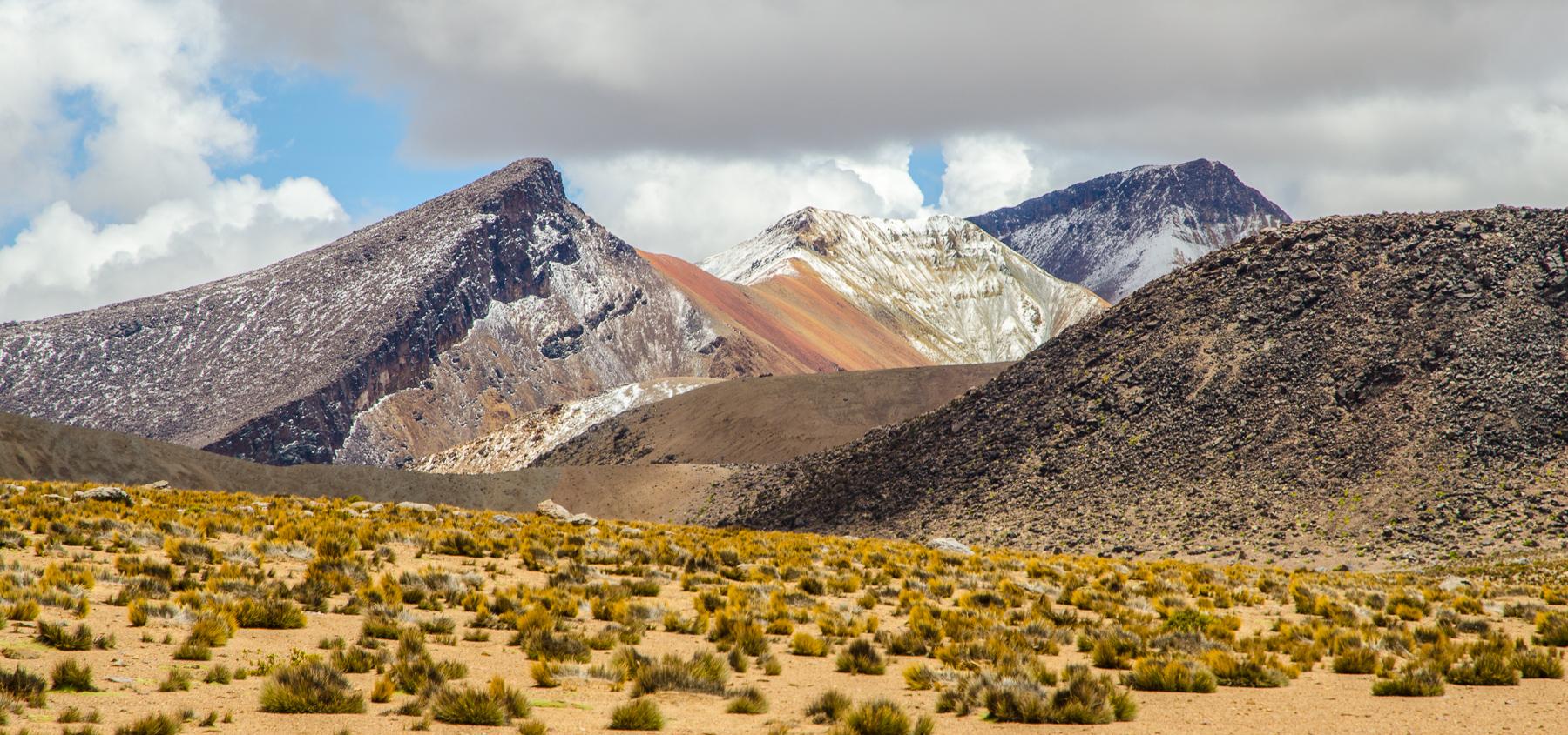 Panorama chilského Altiplána: duhová vysokohroská krajina Suriplaza