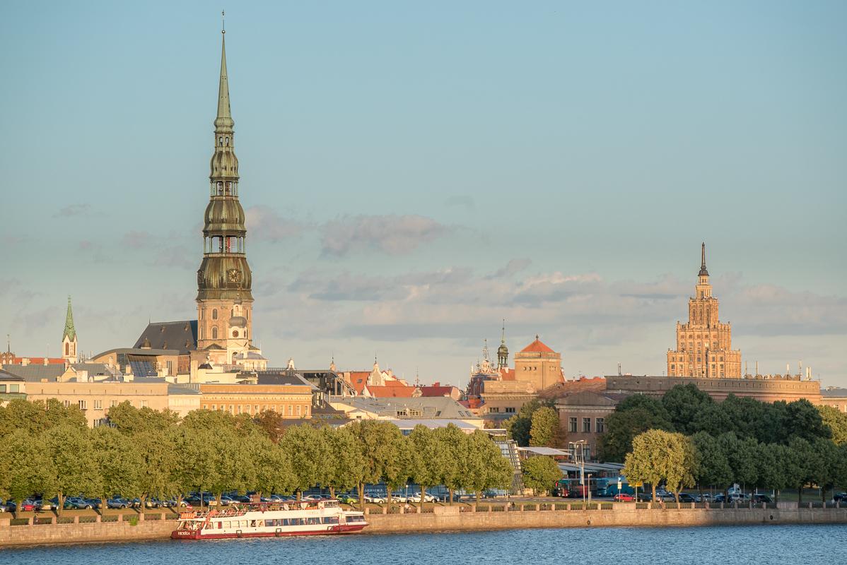 Pohled přes řeku na panaroma města Riga - nejvyšší věž patří kostelu sv. Petra