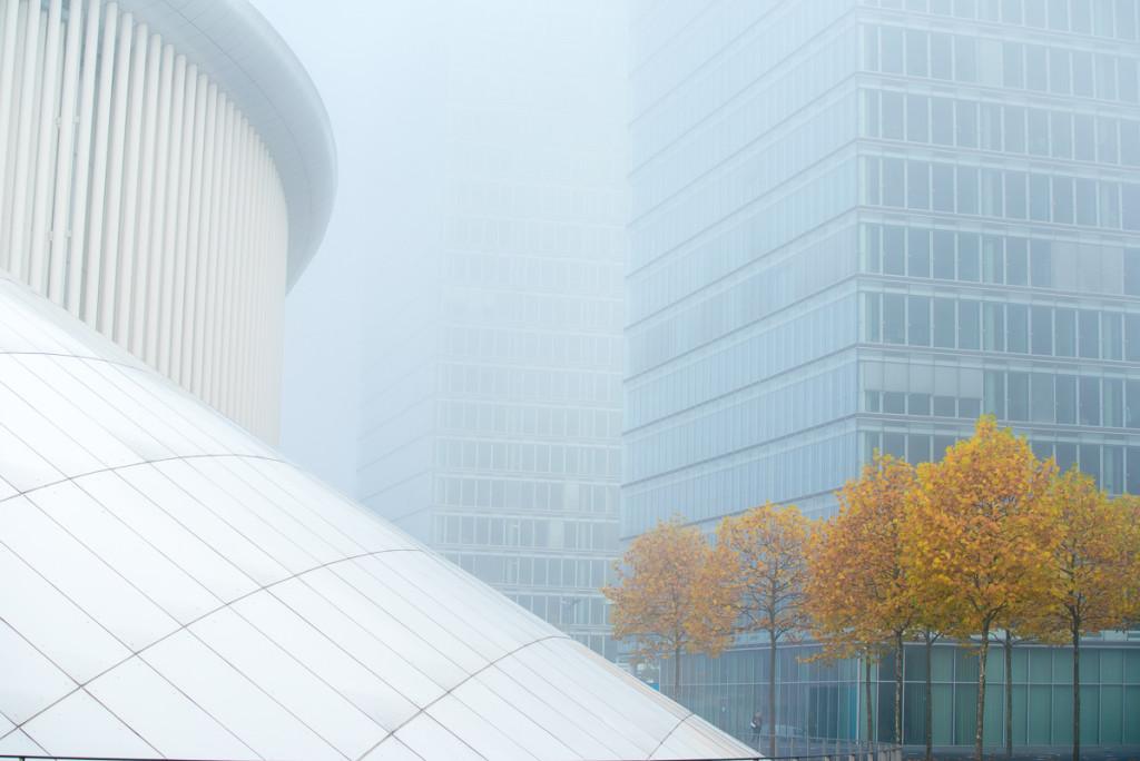 Budova Lucemburské filhamonie v ranní mlze