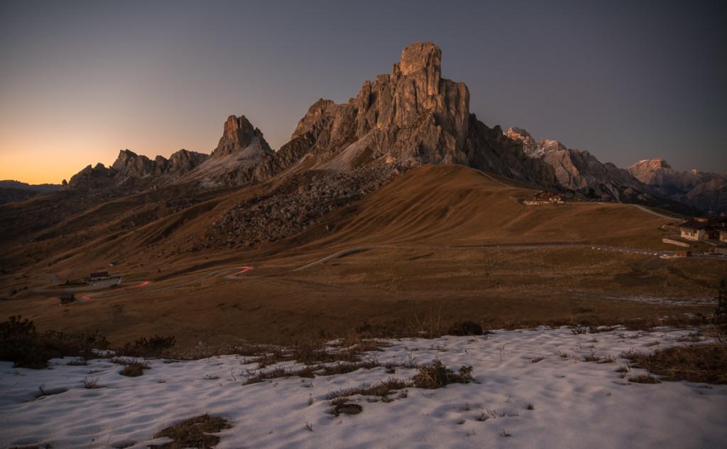 Passo Giau po setmění (v předu Gussela, za ní Nuvolau, následuje Averau)