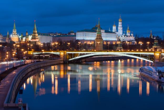 Moskva-Rusko-fotografování-noční-Kremlin-řeka-noc-most