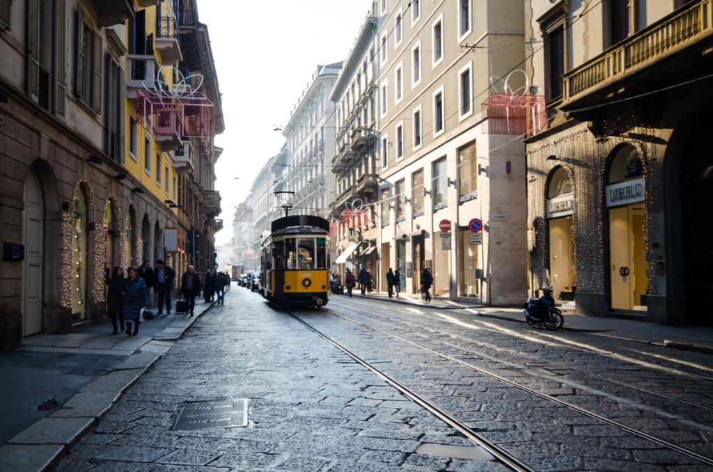 Ulice Milána se starou tramvajovou soupravou