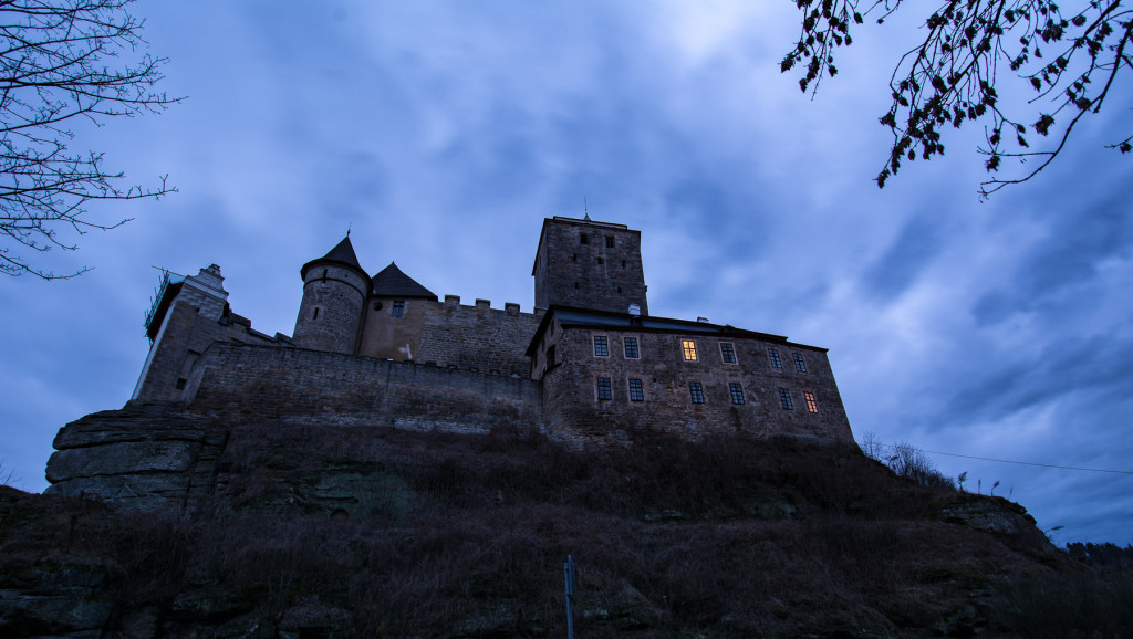 Český ráj, studená fronta, dramatická mračna, hrad Kost