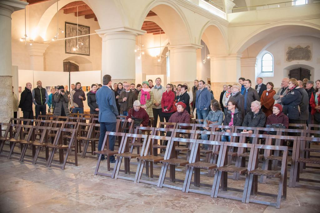 Na vernisáži se sešlo cca 60 lidí - to mě opravdu potěšilo, přišli skoro všichni, které jsem pozval