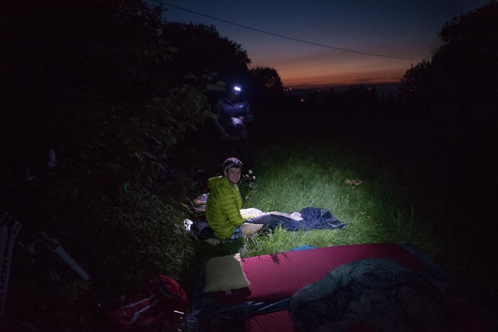 Uleháme ke spánku na louce pod rozhlednou Tábor