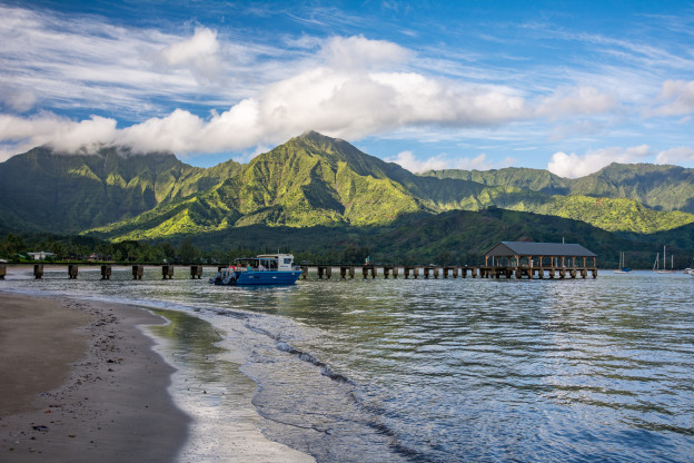 Molo a loď na Hanalei Beach při východu slunce