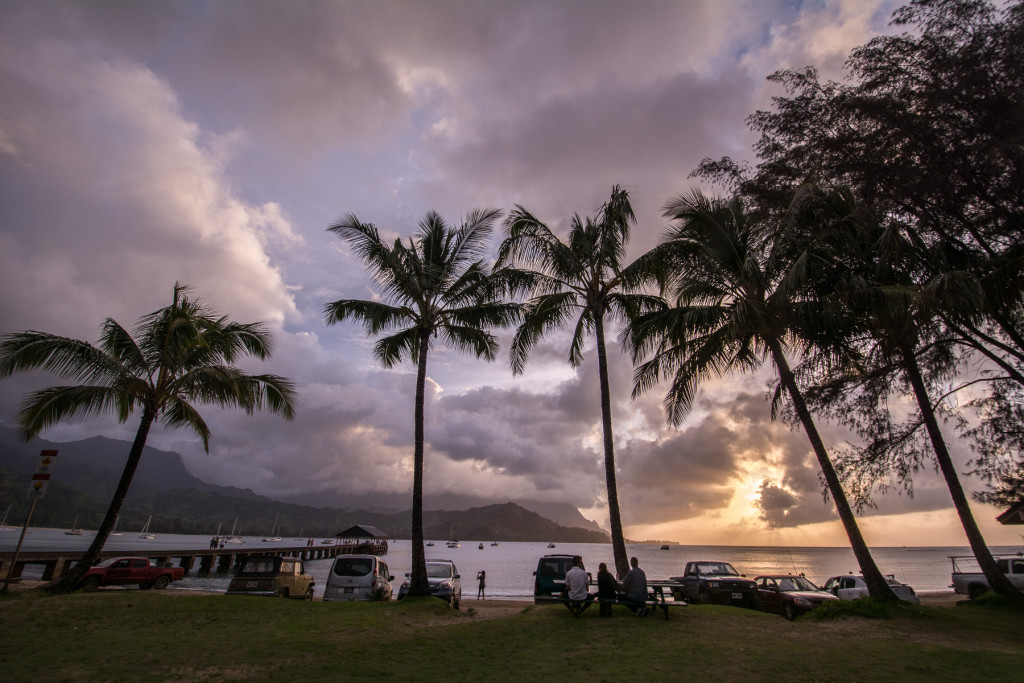 západ slunce na Hanalei Beach s palmami v popředí