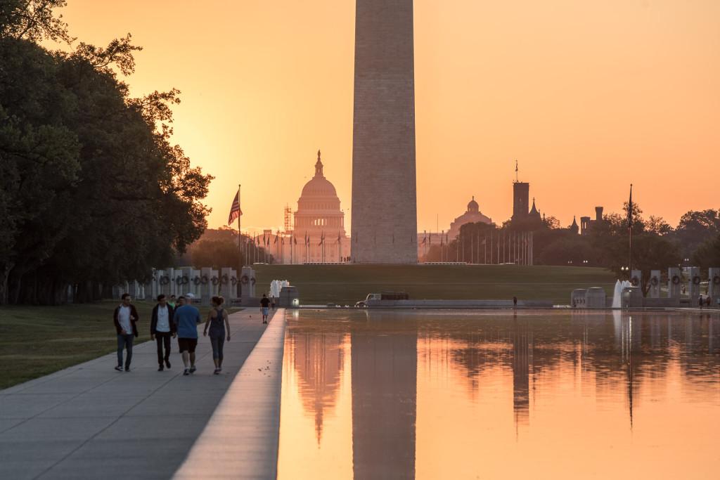 "Odraz budovy Kongresu (Capitol Hill) v jezírku ""Lincoln Memorial Reflecting Pool"""