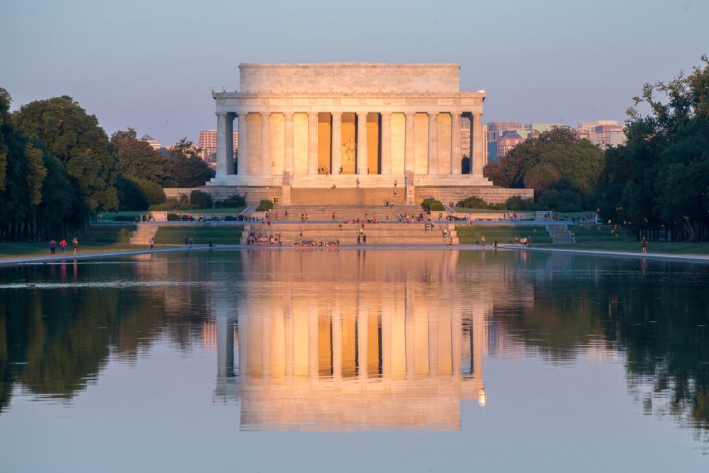 """Lincolnův památník s odrazem v jeírku """"Lincoln Memorial Reflecting Pool"""""""