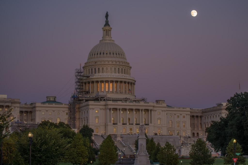 Měsíc skoro v úplňku nad Kapitolem Spojených států amerických