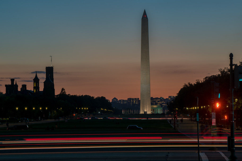 Noční Washingtonův monument - vlevo pak silueta Smithsonian Castle