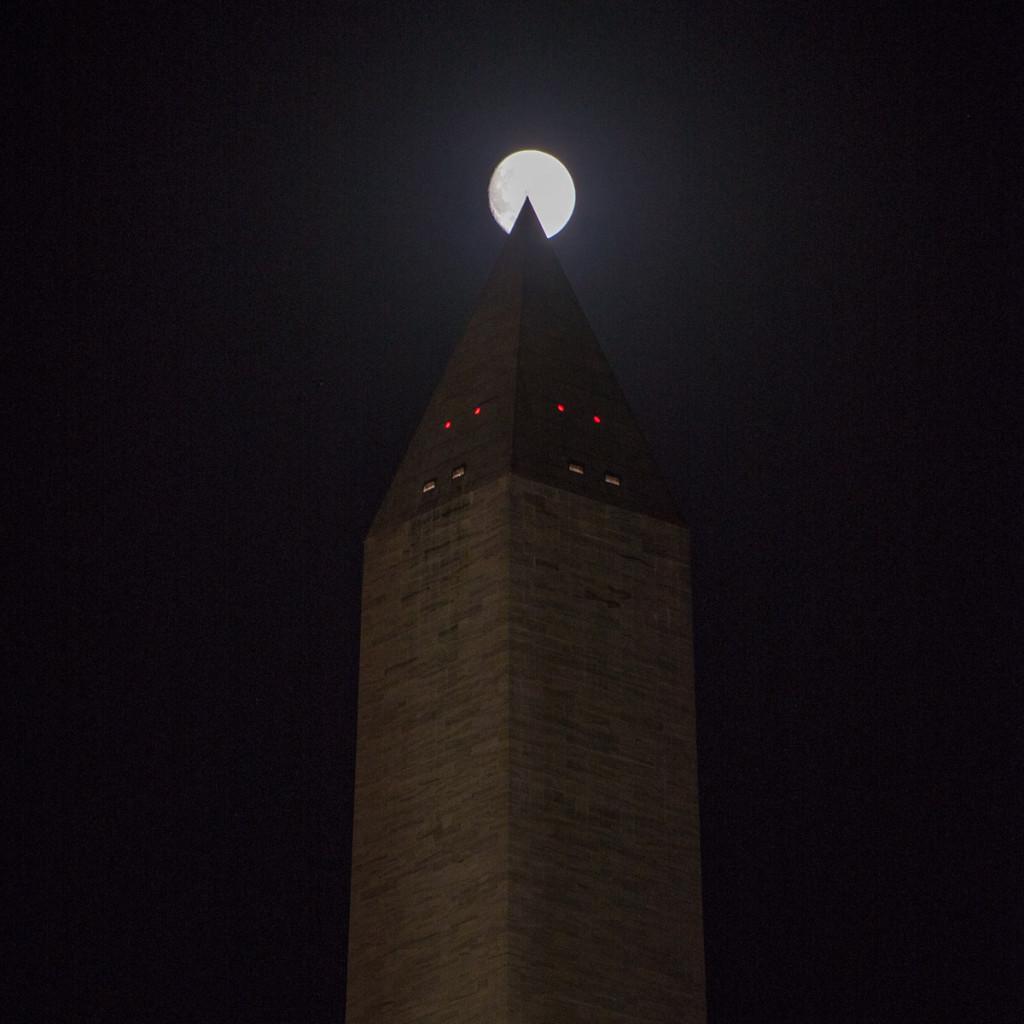 Noční Washingtonův monument s měsícem v úplňku