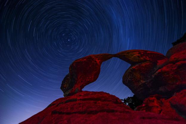 Startrails v Příhrazksých skalách (skalní brána Sokolí pusinky)