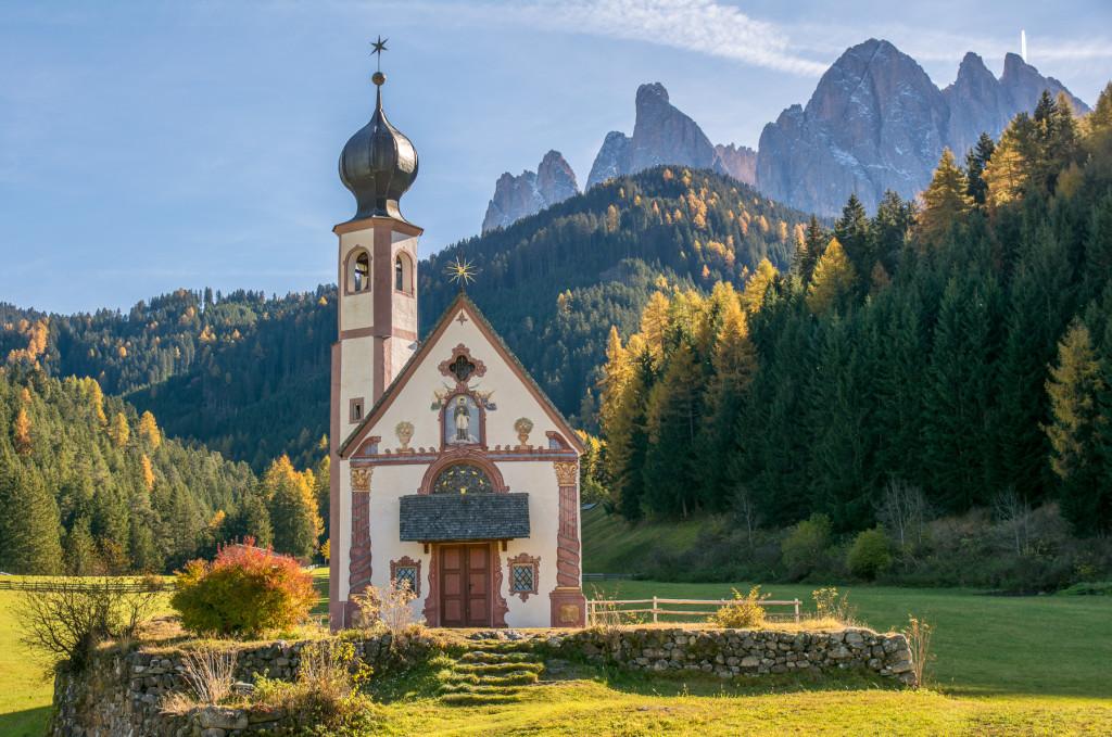 Dolomity, kostlelík, Val di Funes, Santa Maddalena