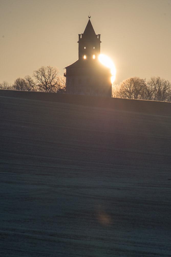 Lovecký zámek Humprecht - východ slunce přímo za zámkem