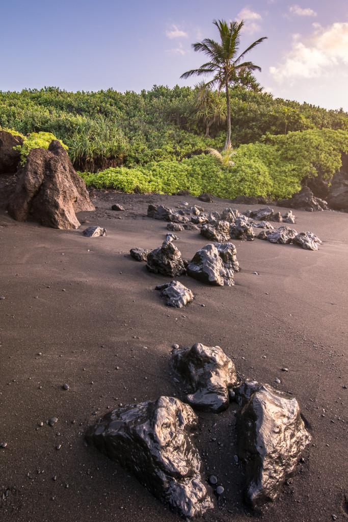 Pláž s lávovými kameny - zde je mpžné si hrát s odlesky