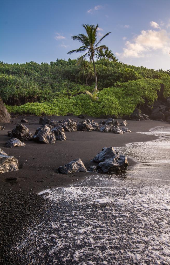 Pláž s lávovými kameny - zde je mpžné si hrát s odlesky a bílou pěnou