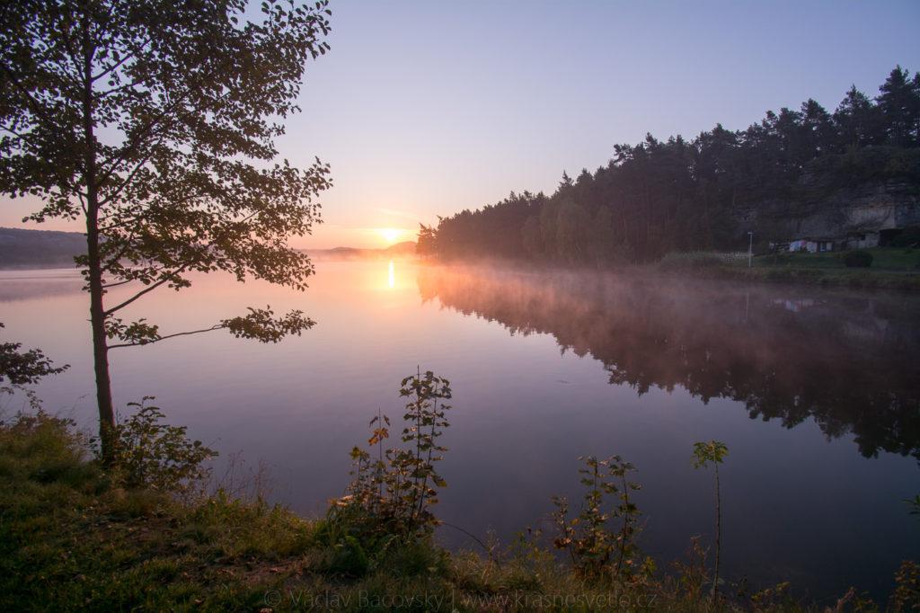 Komárovský rybník při východu slunce
