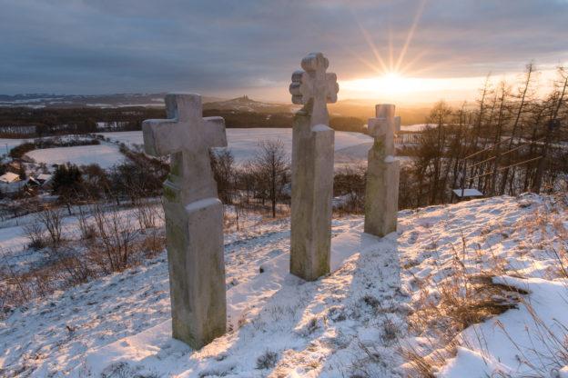 Tři kříže u Kaple sv. Anny na vrcholu pahorku Vyskeř v Českém ráji