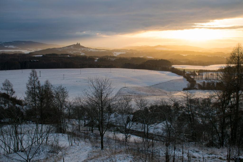 Pohled na východ - Trosky osvětlené ranním sluncem