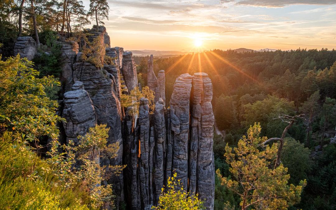Západ slunce nad Prachovskými skalami: Jak vytvořit HDR snímek se sluncem bez prasátek