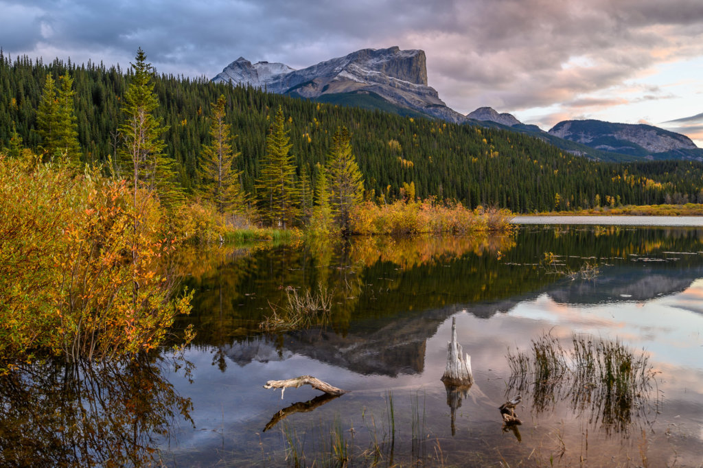 Západ slunce v kanadských Skalistých horách (mezi Hintonem a Jasperem)
