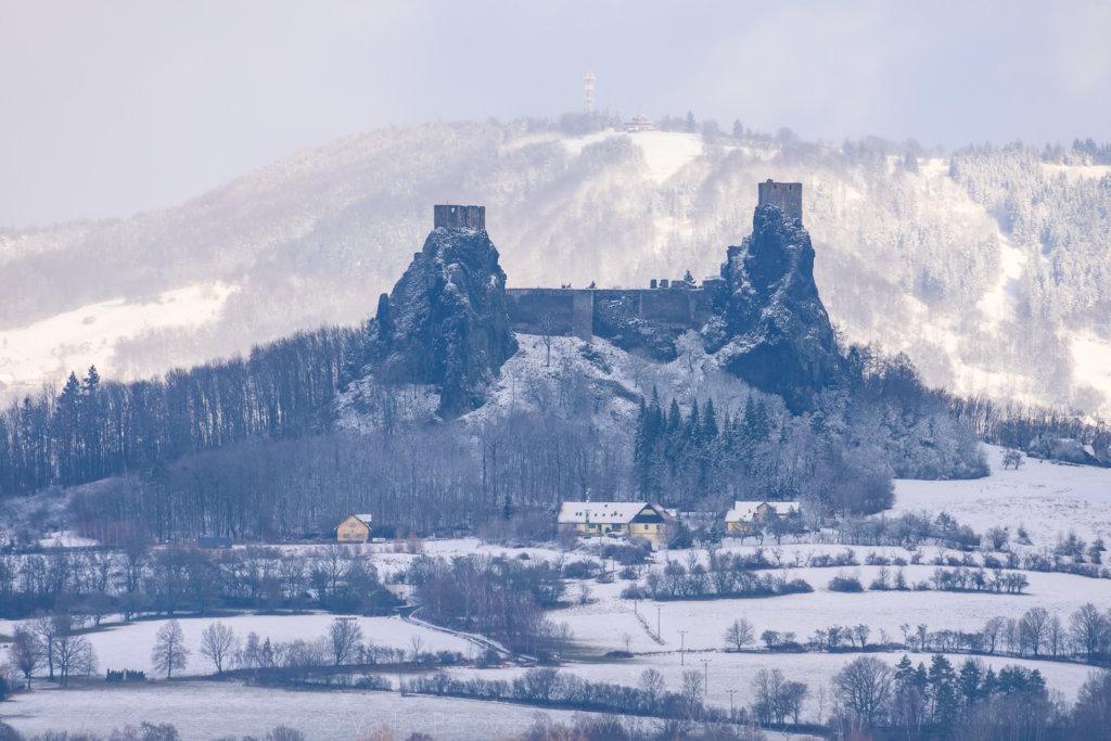 Trosky a Kozákov se sněhem