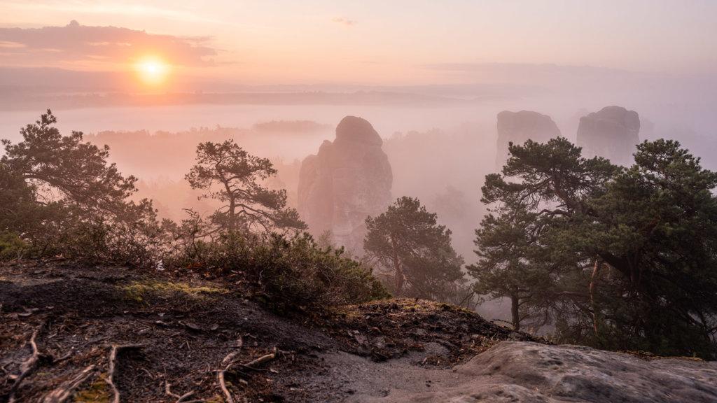 Dračí skály při východu slunce z Mariánské vyhlídky