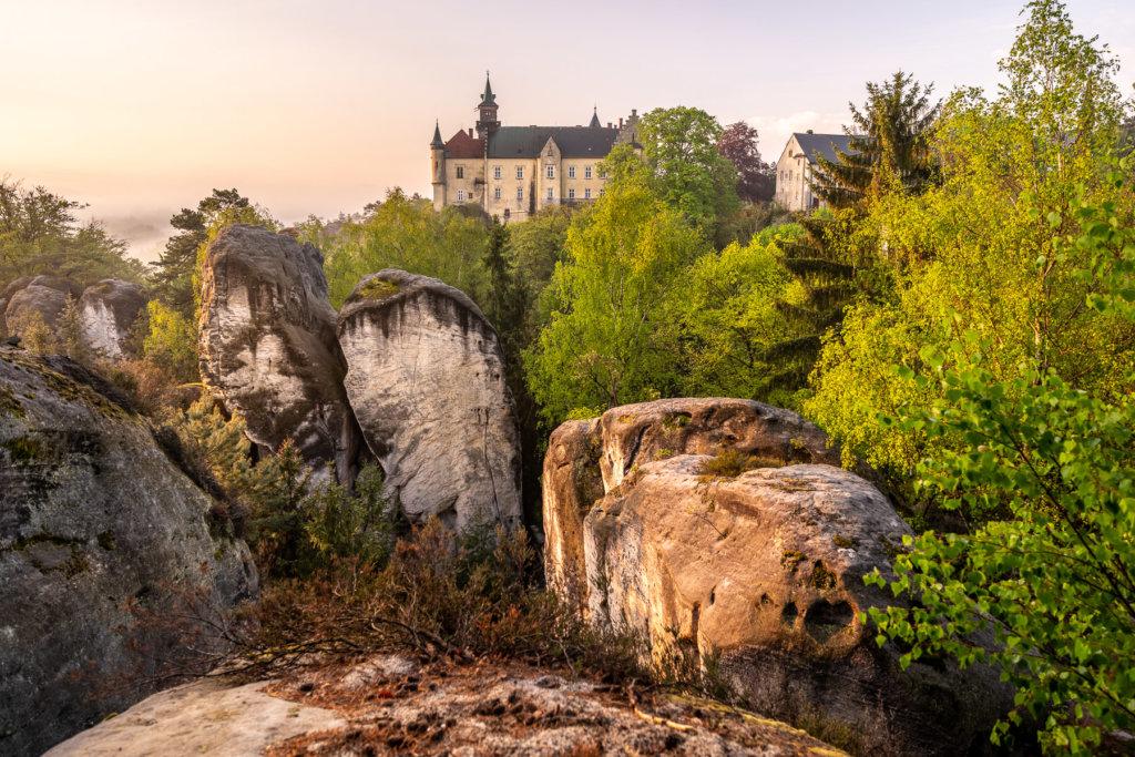 zámek Hrubá Skála ze Zámecké vyhlídky při východu slunce